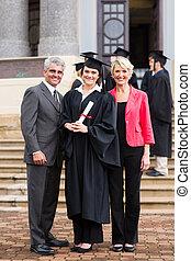menina jovem, graduado, ficar, com, pais