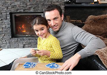 menina jovem, jogando um jogo, com, dela, pai