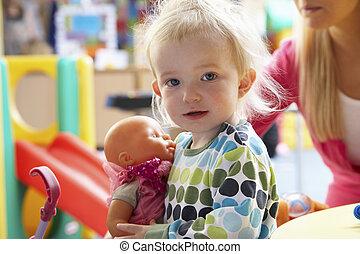 menina jovem, jogar brinquedos