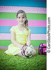 menina jovem, jogar brinquedos, tapete
