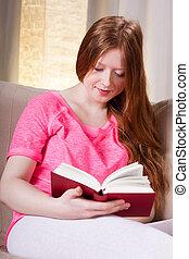 menina jovem, lendo um livro