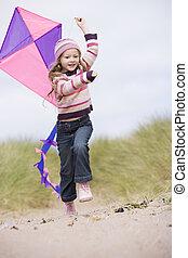 menina jovem, ligado, praia, com, papagaio, sorrindo