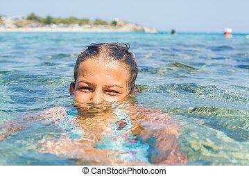 menina, jovem, mar, tocando