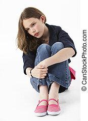 menina jovem, sentando, em, estúdio