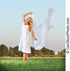 menina, ligado, a, campo verde, em, um, branca, dress., liberdade, conceito