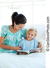 menina, ligado, um, cama hospital, leitura, com, dela, mãe