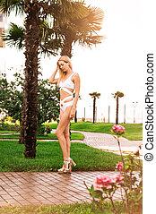 menina, loiro, descansar, branca, sulista, verão, recurso, jardim, swimsuit, árvores, adelgaçar, bonito, hotel, palma