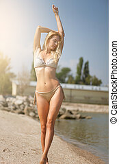 menina, loiro, na moda, bege, biquíni, sunbathes, recurso, praia, bonito, adelgaçar