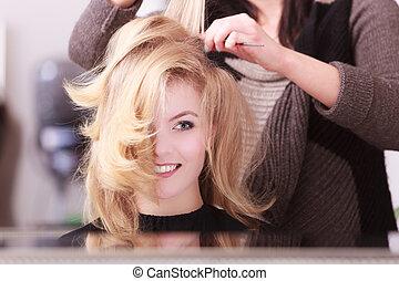 menina, loura, cabelo ondulado, por, cabeleireiras