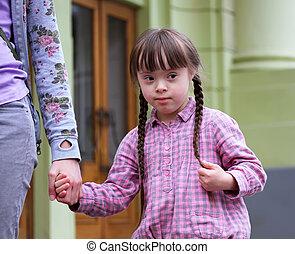 menina, mãe, braços, segurando, passeio