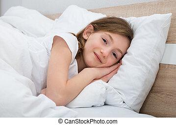 menina, mentindo, cama, feliz