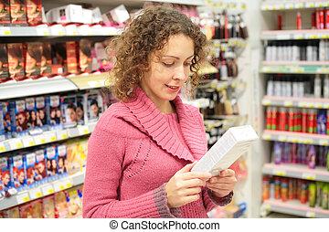 menina, olha, caixa, com, bens, em, mãos, em, loja