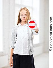 menina, parada, mostrando, sinal