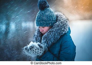 menina, parque, neve, tocando