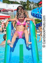menina pequena bonita, vai, baixo, ligado, colina, em, aquapark, de, um, entretendo, complexo