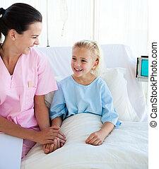 menina pequena sorrindo, sentando, ligado, um, cama hospital, com, dela, doutor