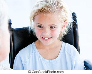 menina, pequeno, cadeira rodas, loura, sentando