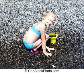 menina, pequeno, praia, tocando, mar