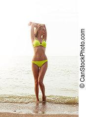 menina, perfeitos, jovem, mar amarelo, biquíni, corporal, praia, swimsuit, bonito, ficar, adelgaçar, excitado
