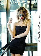 menina, posar, em, elevador, com, xícara café