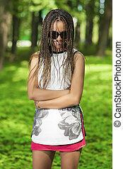 menina, posar, feliz, outdoors., americano, jovem, dreadlocks, africano, sorrindo, abundância, óculos de sol, longo, adolescente