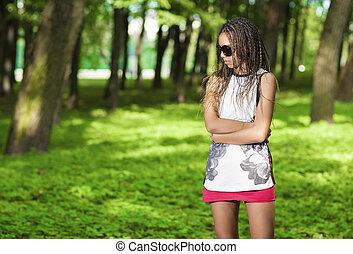 menina, posar, outdoors., jovem, americano, dreadlocks, africano, abundância, óculos de sol, longo, adolescente