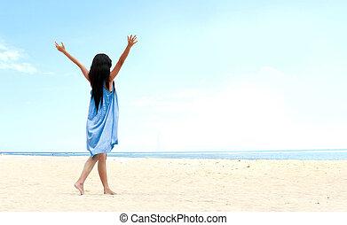 menina, praia, levantado, dela, mãos cima
