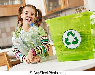 menina, reciclagem, frascos plásticos