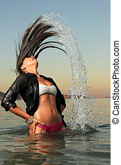 menina, respingue, a, água mar, com, dela, cabelo