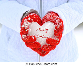 menina, segurando, gelado, coração, em, vermelho, luvas
