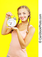 menina, segurando, relógio, jovem, amarela, alarme, bonito