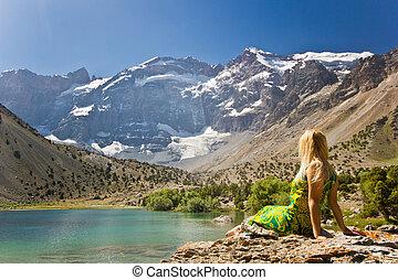 menina, sentando, ligado, um, banco, de, montanha azul, lago