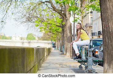menina, sentando, ligado, um, banco, em, paris