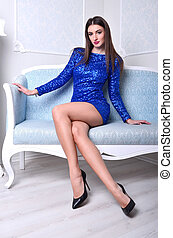 menina, sofá azul, sentando