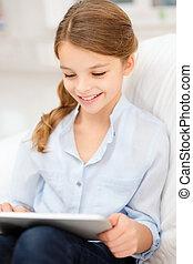 menina sorridente, com, tabuleta, computador, casa