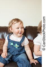 menina sorridente, sentar-se sofa