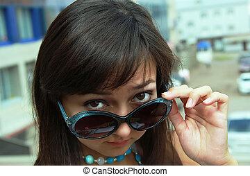menina, spectacled
