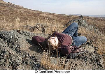 menina, tem, um, descanso, ligado, um, rocha, em, a, autumn.