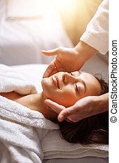 menina, tendo, spa, massagem facial, em, luxuoso, salão beleza