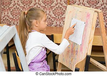 menina, tintas, ligado, um, cavalete, em, a, desenho, lição