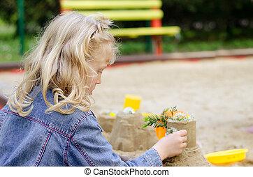 menina, tocando, areia