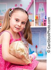 menina, tocando, bonecas