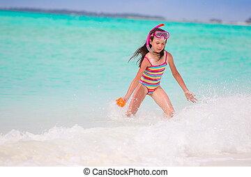 menina, tocando, em, mar