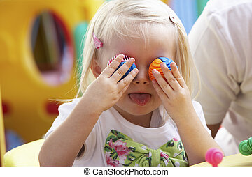 menina, tocando, jovem, brinquedos