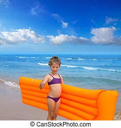 menina, tocando, lounge, flutuante, praia, crianças, criança