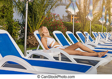 menina, tropicais, lounger, descansar, jovem, recurso, árvores, banhar-se, bonito, paleto, palma