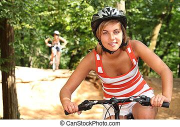 meninas adolescentes, bicicletas equitação, através, a, floresta