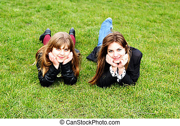 meninas adolescentes, deitando, ligado, a, grama verde