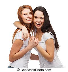 meninas, dois, abraçando, rir, camisetas brancas