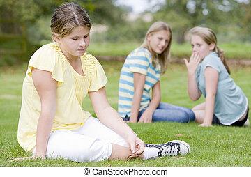 meninas, dois, jovem, intimide, outro, ao ar livre, menina